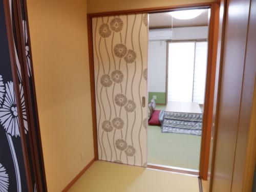 起居室跟洋式房中間的空間,兩個房都有門,更有隱私